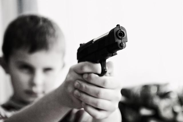 dítě a zbraň