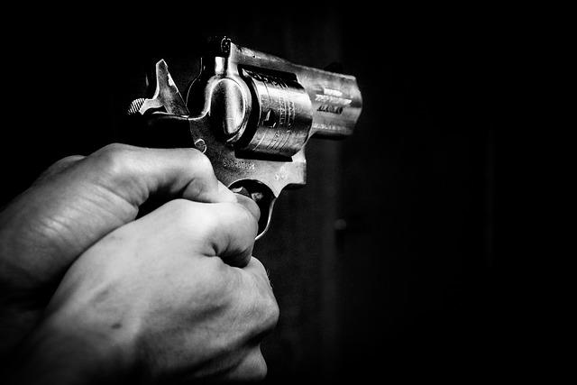 ruce s pistolí