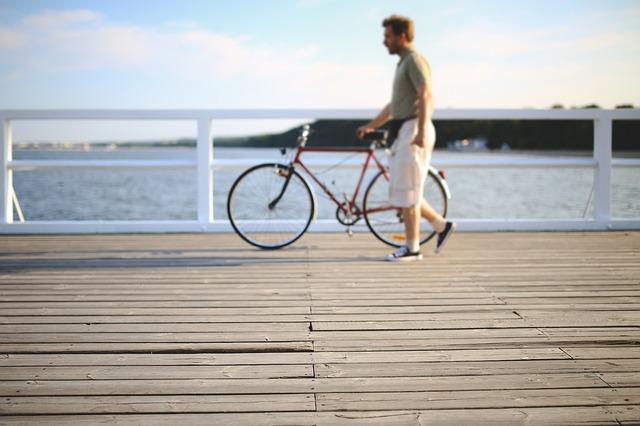 muž a jízdní kolo.jpg
