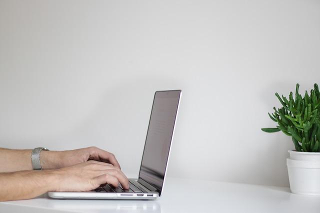 ruce muže na klávesnici