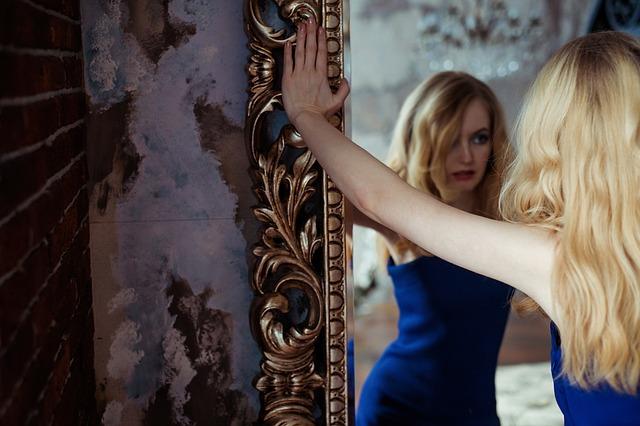 opřená o zrcadlo