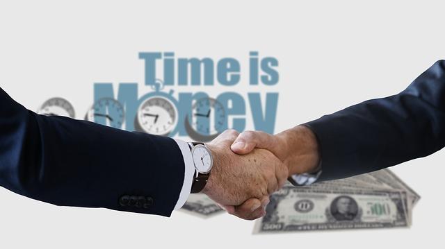 podané ruce a nápis čas jsou peníze.jpg