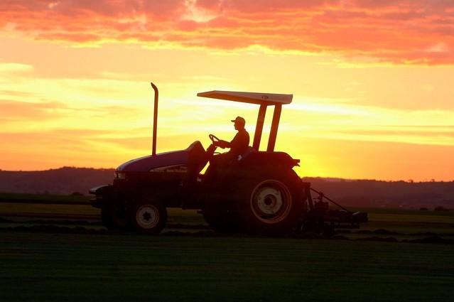 jedoucí traktor za západu slunce