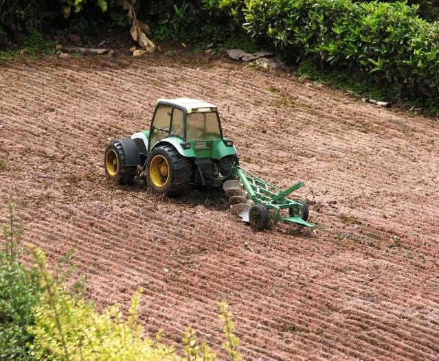 malý traktor - hračka i s pluhem